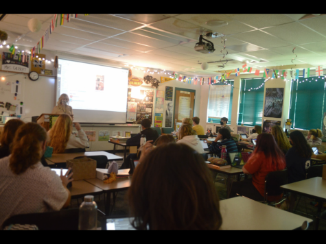 Gilbert reviews with her block 7 psychology class. Students prepare to take a practice test.
